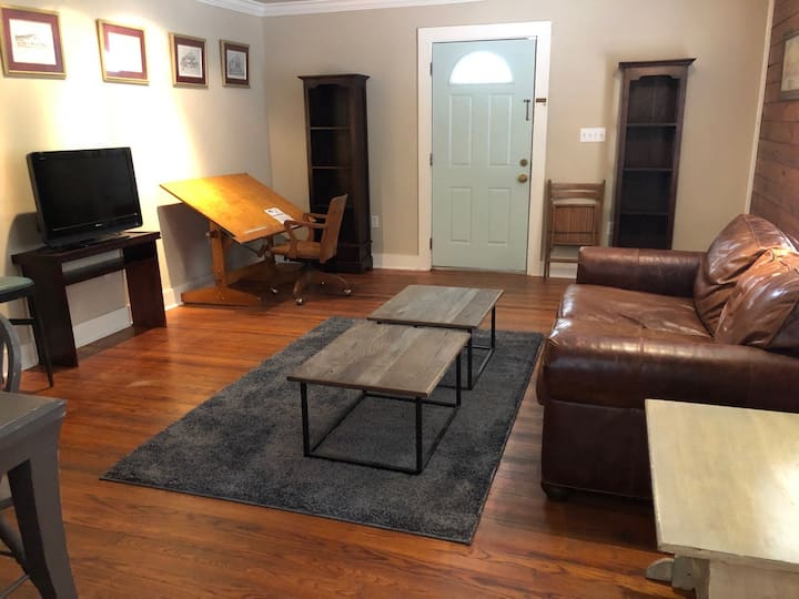 LSU Oasis! Walking distance to campus and dining.