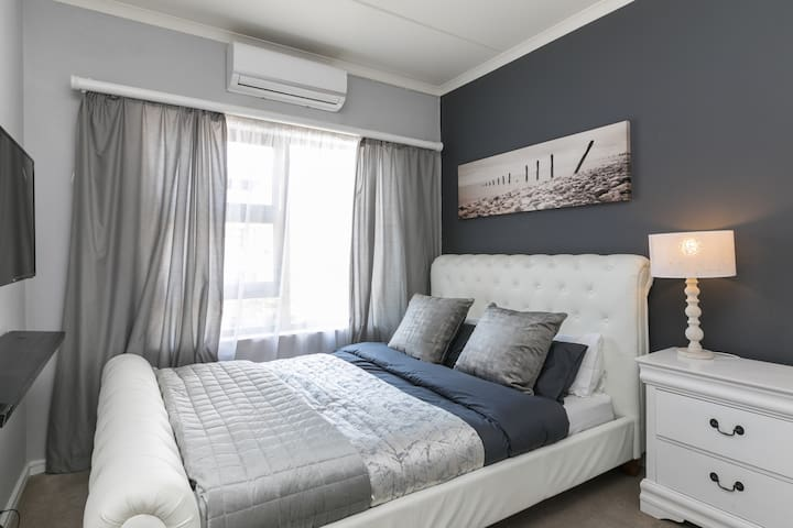 Bedroom with Queen Bed, Airconditioning/ Heating and TV