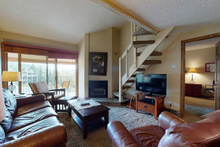 Ideally located ski-in/ski-out condo w/shared hot tub plus winter shuttle!