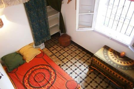 Hab. doble. Casa tranquila. Cerca centro,Tren/Bus. - Girona