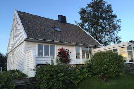 Solfylt hus med fantastisk utsikt - Bergen - Hus