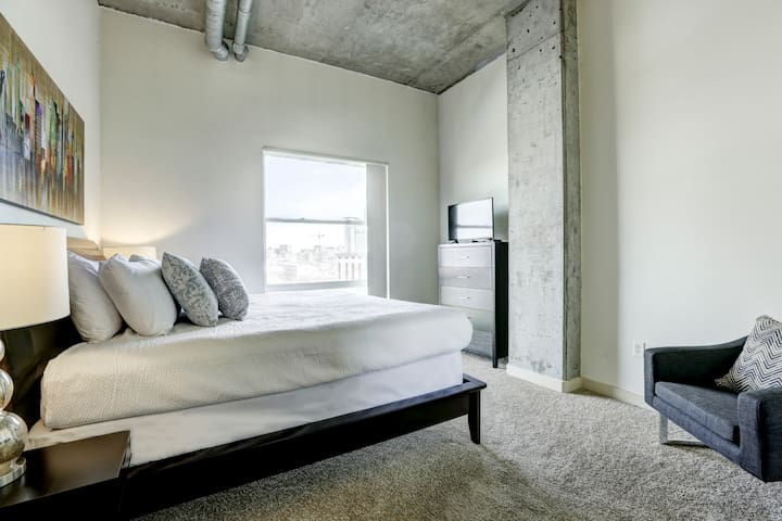 Elegant 2 Bedroom Loft!