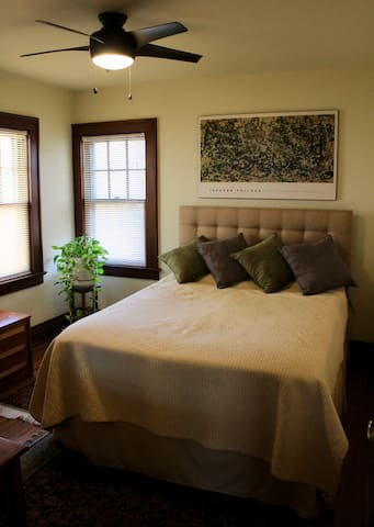 Cozy Private Room in Comfy 100 Year Old House