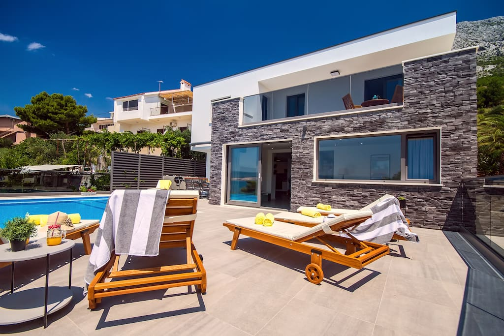 Private 32sqm pool with 6 lounge chairs