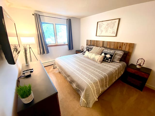 Get a great night sleep in the master bedroom on the king size bed and watch some tv before hitting the mountain again in the morning.