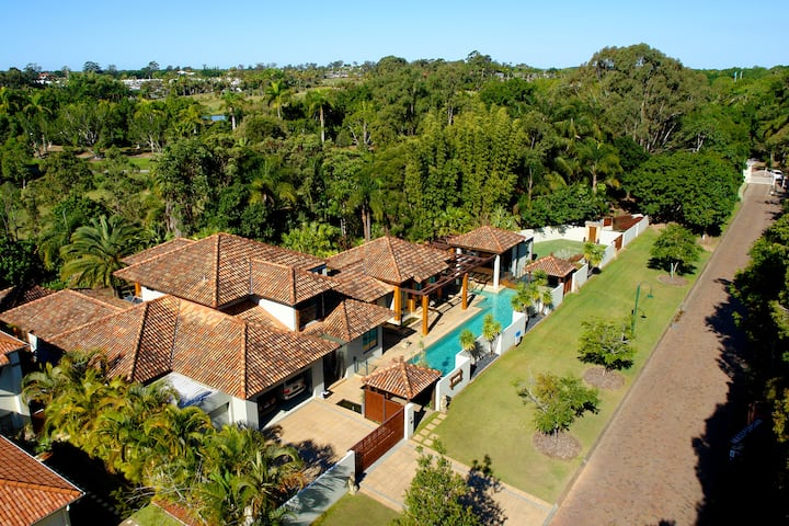 Luxury Balinese home 500m to Cove village, Gas spa