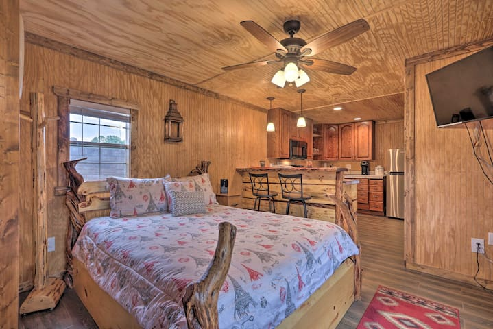 Pet-Friendly Cabin, 3 Mi to Show Low Lake!
