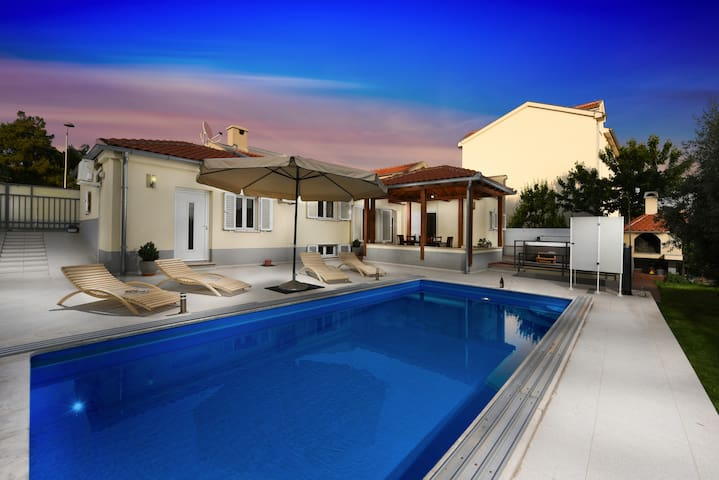 *Zadar center* VILLA WITH JACUZZI AND POOL