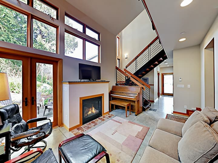 Charming Downtown Townhouse w/ Fireplace & Patio