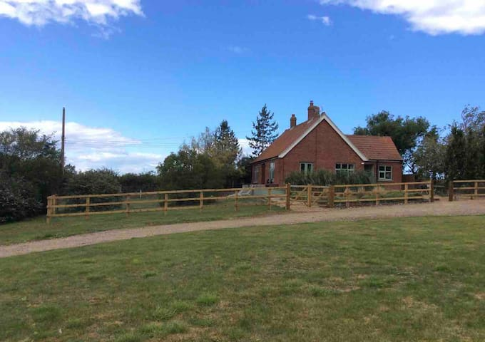 Hill Crest, dog friendly in 1.4 acres, fab views