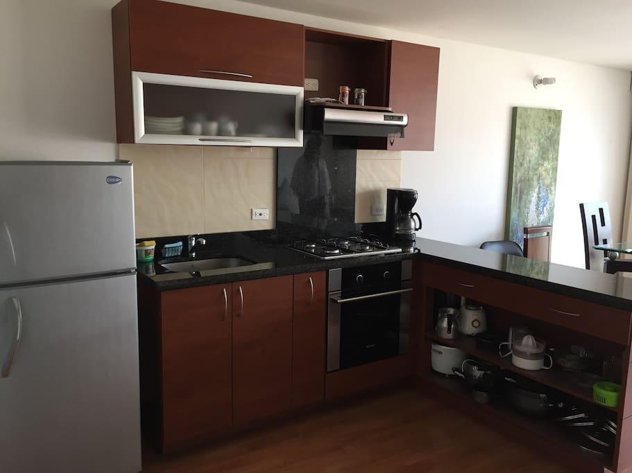Es un espacio amplio para que se pueda cocinar de la mejor manera y tiene horno para usarlo en todas las comidas.   Fully equipped kitchen including fridge, oven and microwave.