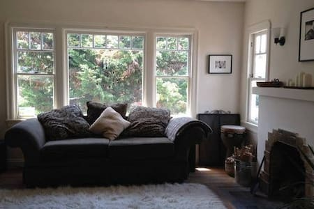 BR in Bright Rustic-Zen Style Home with Big Garden - Oakland