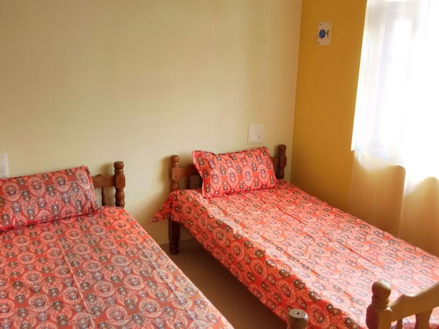 Cozy Bedroom w bathroom, 2 beds - Colva