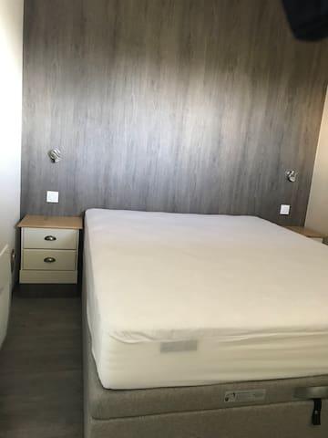 Chambre lit 160 couchage neuf matelas mémoire de forme tout confort (avec télévision )
