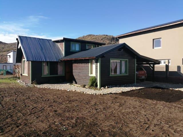 Acogedora cabaña al borde de la estepa patagónica