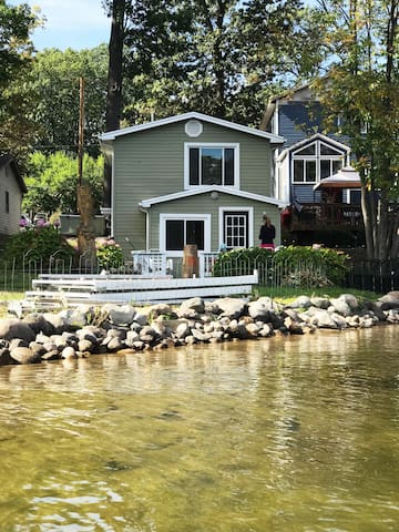 Adorable LAKEFRONT COTTAGE