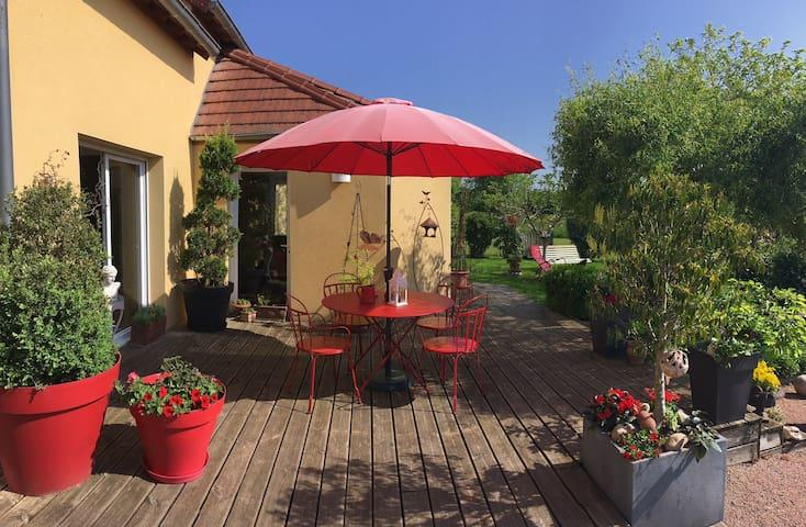 maison lumineuse et agréable jardin à Buxy centre