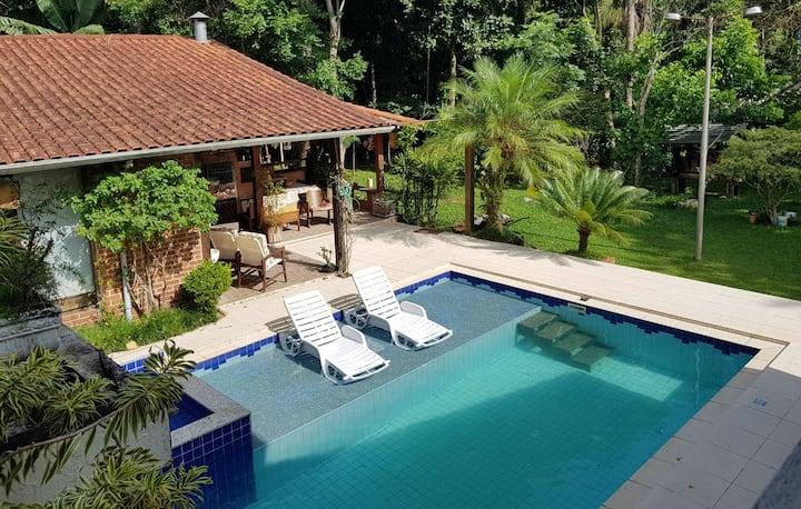Casa com piscina - Condomínio fechado 50 min de SP