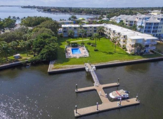 2BR Luxury Seafront View with Pool in Palm Beach