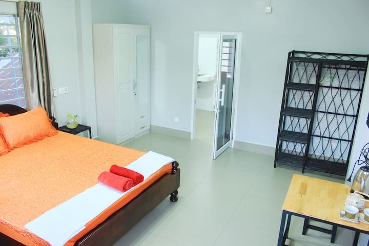 Center Big Room near bus station w/kitchen + wifi