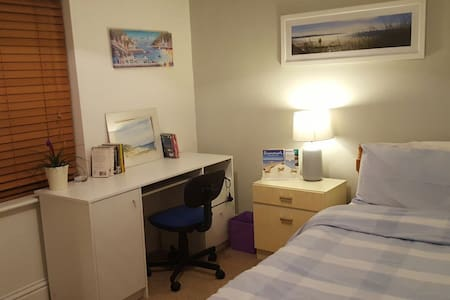 Quiet single room    INSTANT £21 no extras - ボーンマス - 一軒家