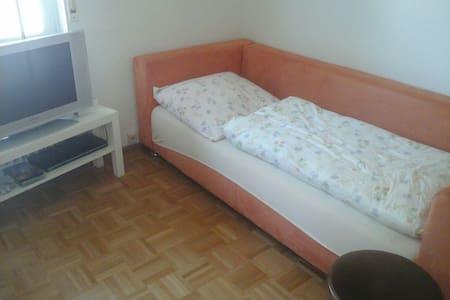Einfaches Zimmer mit gemütlichem Bett - Фрайбург