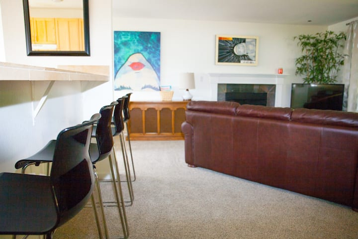 Cozy and Convenient 2BR Issaquah Front Street