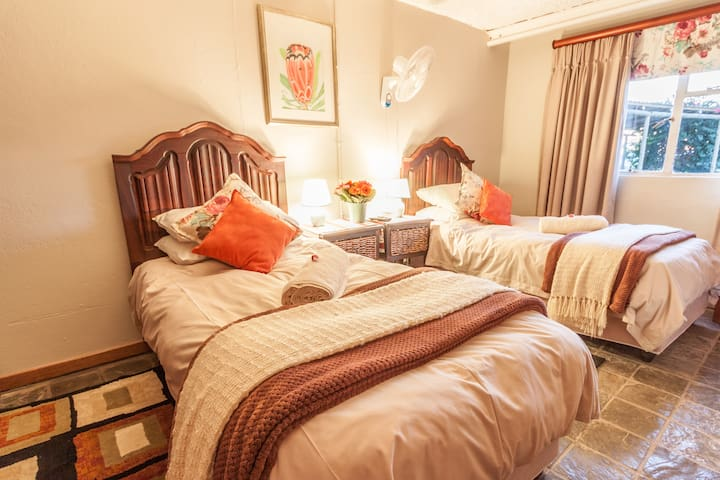 R4, Twin beds with en-suite, all rooms rented per person & self-catering