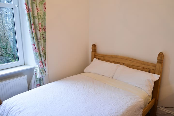 Cosy central double bed - Room 1