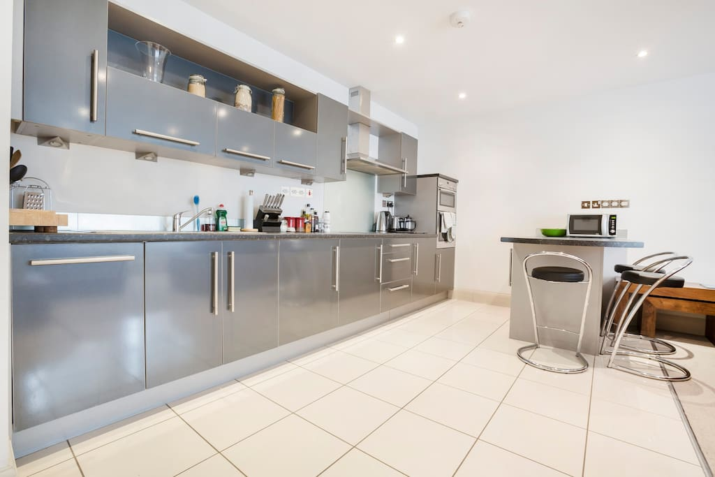 Well-equipped kitchen and breakfast bar
