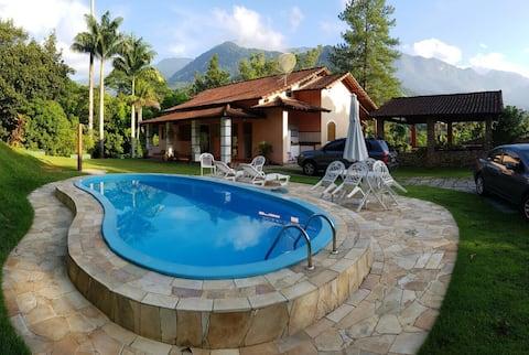 Casa de campo com piscina na Mata Atlântica