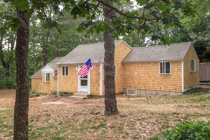 #706 : Cozy 2-br cottage just 1 mile to Red River Beach and downtown Harwich!