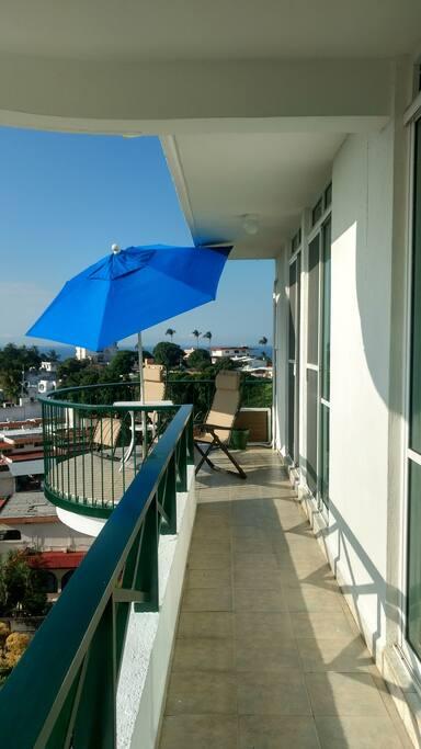 La terraza que recorre lo ancho del departamento y espacio para estar al aire libre.