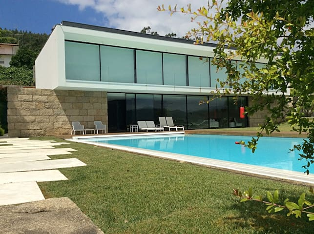 Spectacular property at wide margin of Douro River