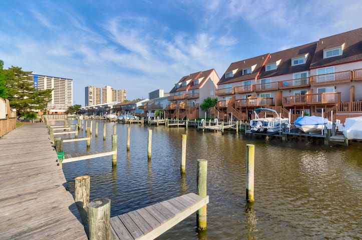 Jetted tub + resort amenities like shared pool! Just 2 blocks from the beach!