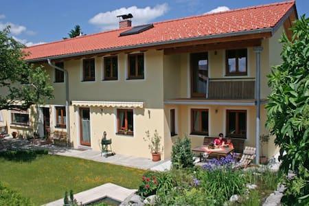 Romantische Ferienwohnung Villa Lucca Bad Tölz - Bad Tölz - Гостевой дом