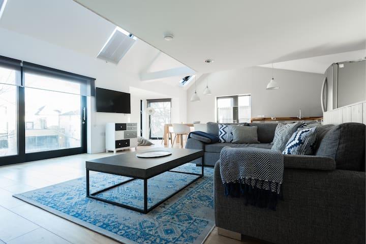 The Cliffside Loft - Modern 3BDR Riverside Home