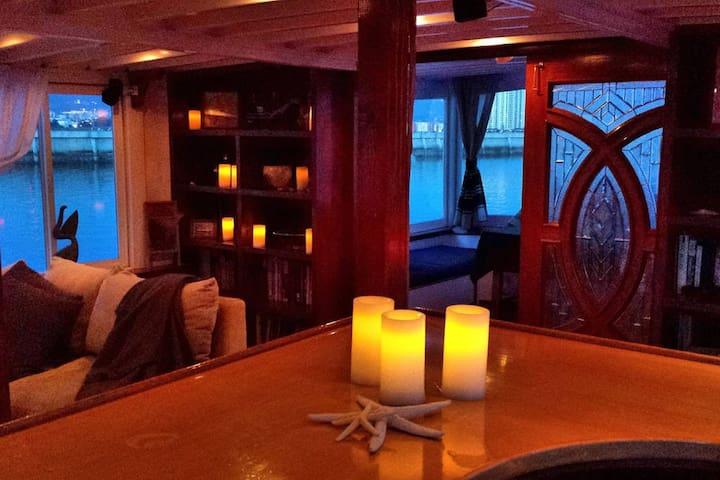 Officer's stateroom aboard an 80' classic yacht - Suisun City - Boutique hotel