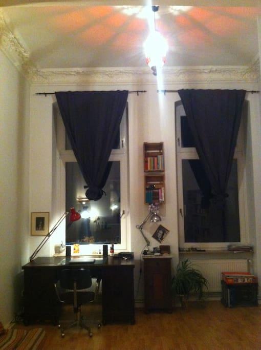 Das Fensterseite des Wohnzimmers zum Innenhof hin.
