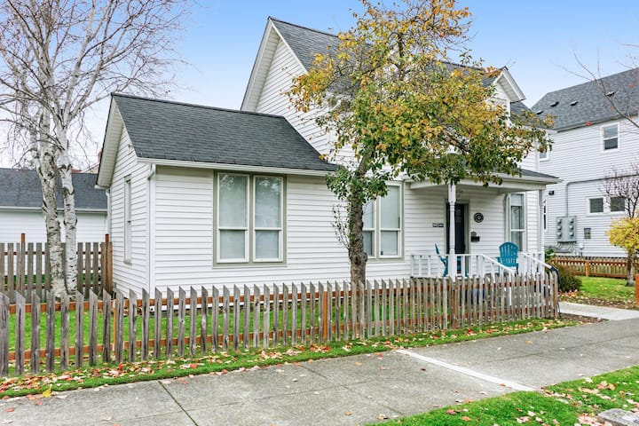 Charming, dog-friendly home w/ free WiFi - right downtown!
