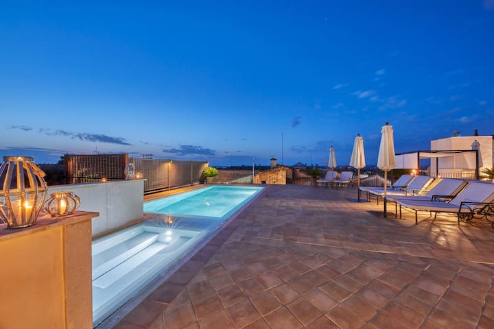 Adults Only - Deluxe suite with jacuzzi & shared pool in a small boutique hotel