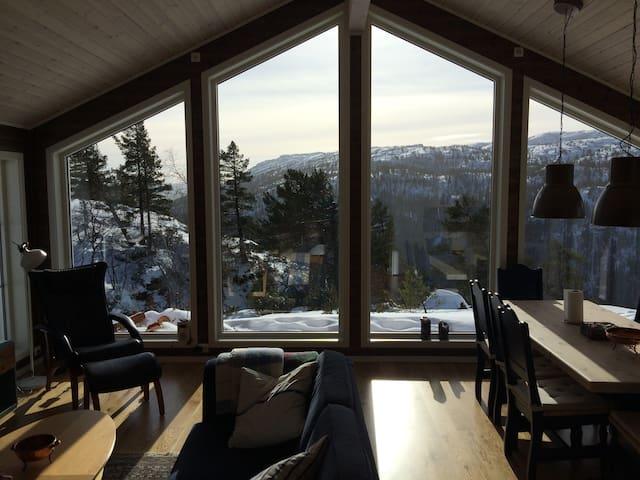 Bortelid: ny velutstyrt hytte med panoramautsikt