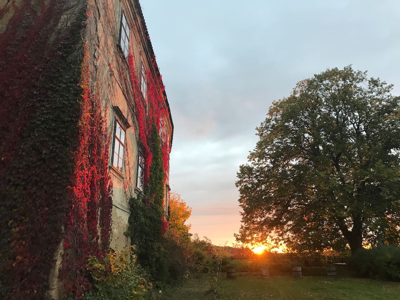 Südfassade vom Westen her - im Herbst