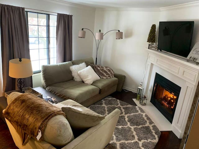 Cozy condo walking distance to Walled Lake