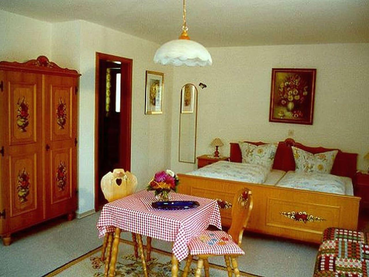 Schlafzimmer mit Schrank und Tisch, Einganstür Dusche, Wc