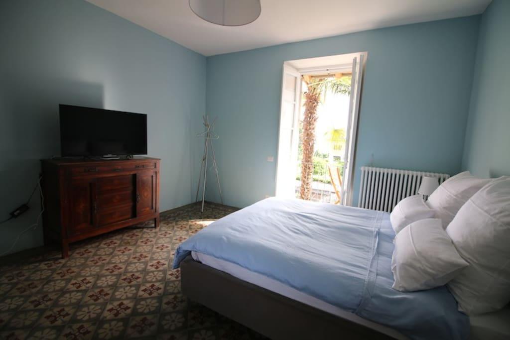 Schlafzimmer mit Balkon und Seeblick mit modernem Smart-TV