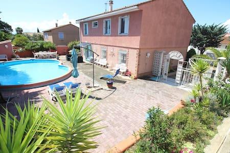Demeure avec piscine, et son charme méditerranéen.