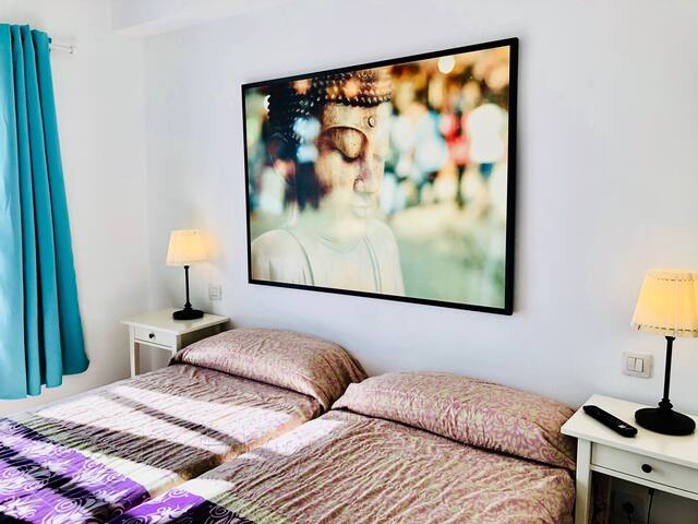 Bedroom with 2 single beds, TV and Safe  - Dormitorio con 2 camas individuales, TV and Safe - Schlafzimmer mit 2 Einzelbetten, TV und Safe