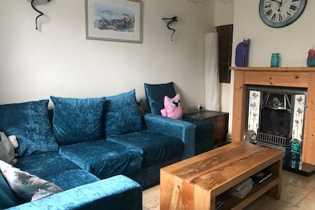 Colourful cottage sleeps 6-8