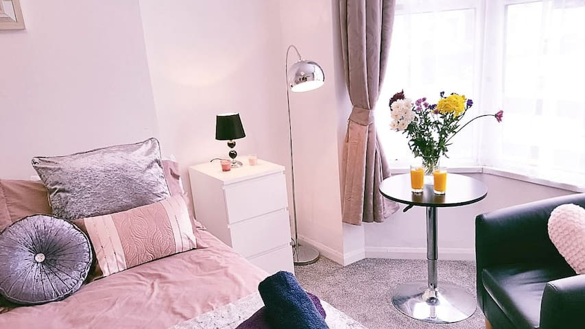 Cosy Double Room with  Private Shower  City Centre